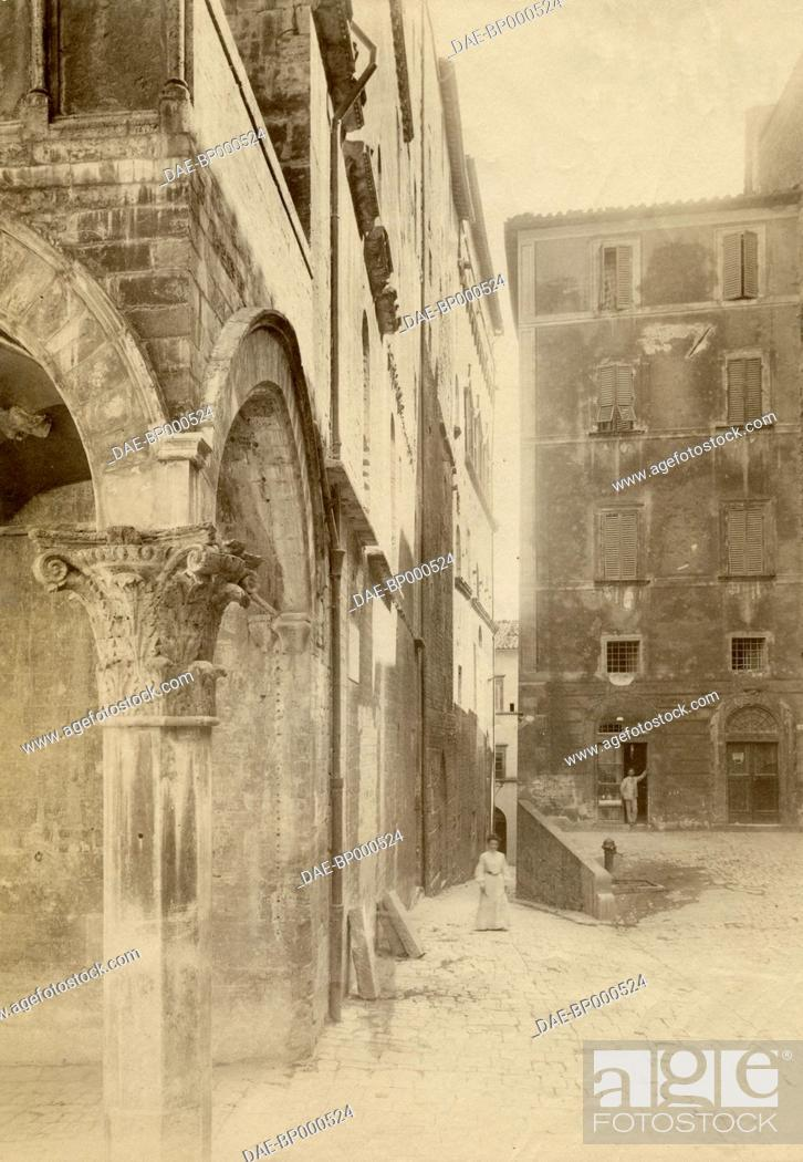 Imagen: View of via della Gabbia with the loggia of the Priors' palace in the foreground, Perugia, Umbria, Italy, ca 1905.
