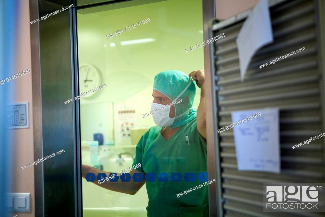 Photo de stock: Reportage in the orthopedic surgery service in LÚman hospital, Thonon, France. A nurse looks at operating theatre.