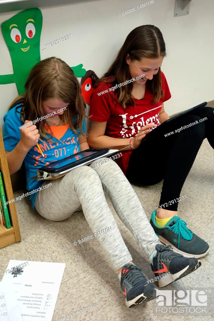 Imagen: 6th Grade Girls Using iPads for Science Research, Wellsville, New York, USA.