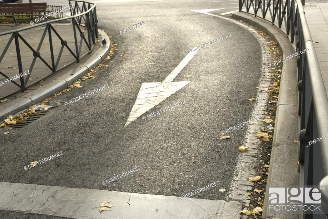 Photo de stock: Curve street with traffic sign, city of Madrid, Spain.