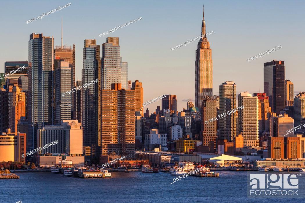 Stock Photo: USA, New York, New York City, Manhattan skyline with Empire State Building, dusk.
