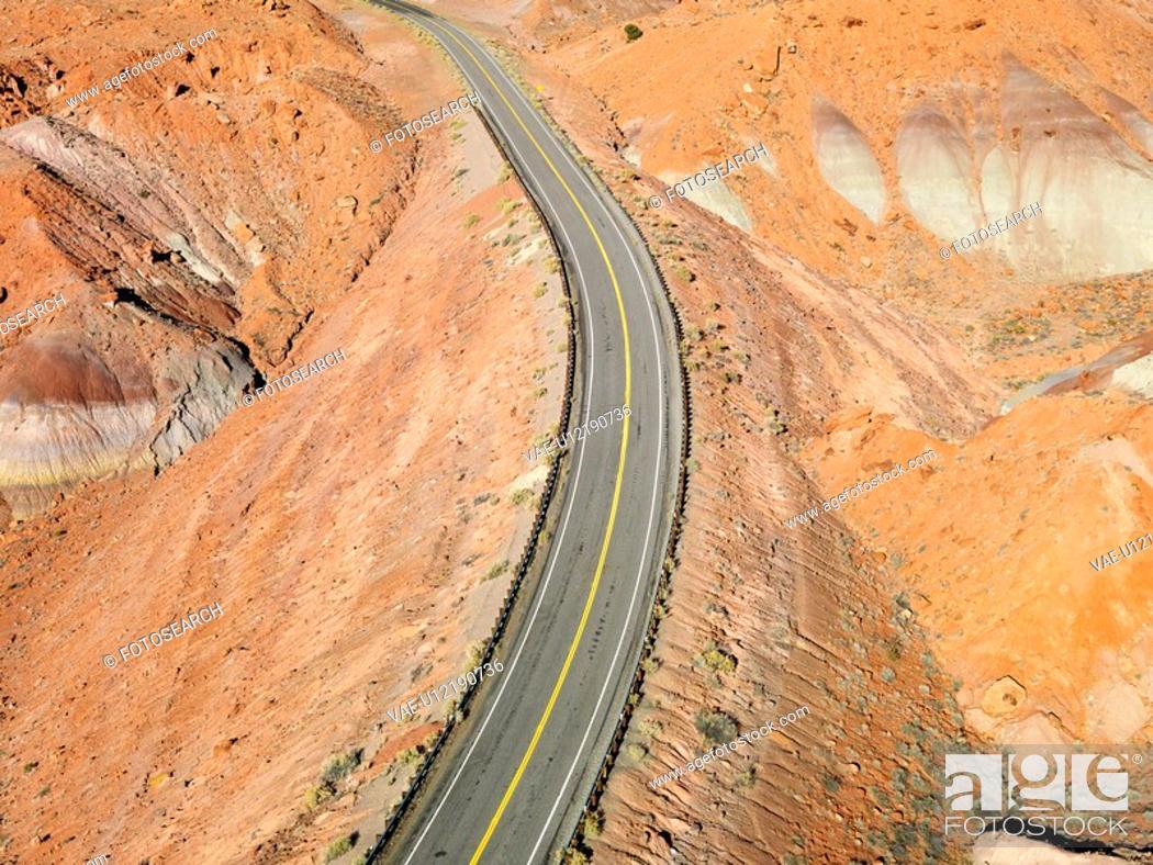 Stock Photo: Scenic highway through desert landscape of Utah, USA.