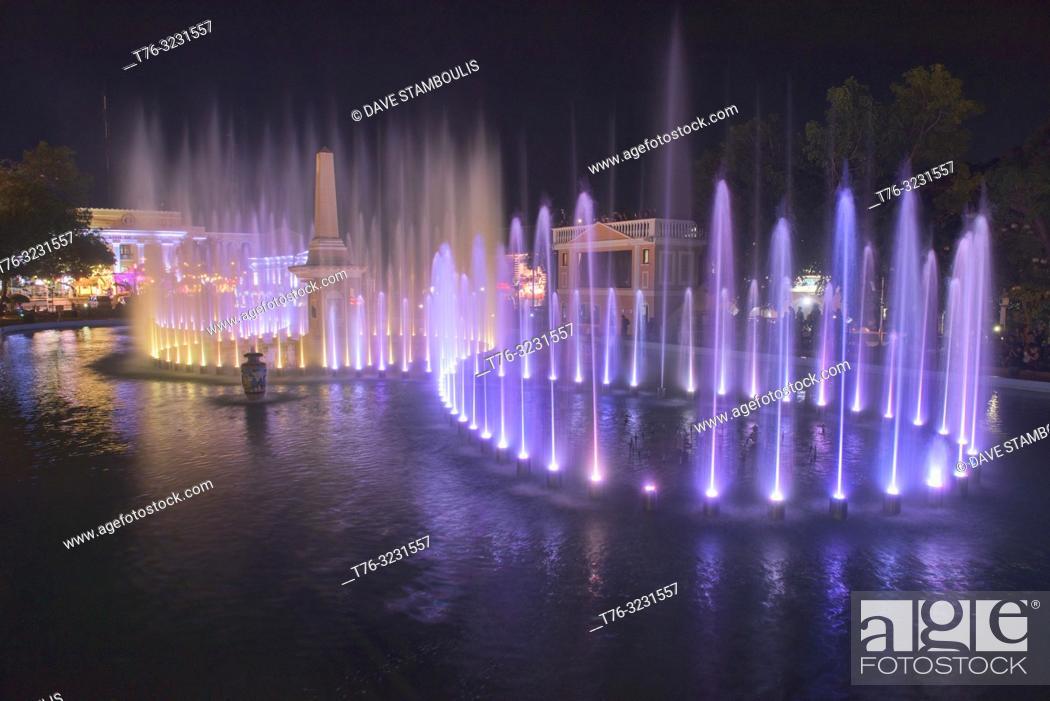 Imagen: Magic fountain show at Plaza Salcedo, Vigan, Ilocos Sur, Philippines.