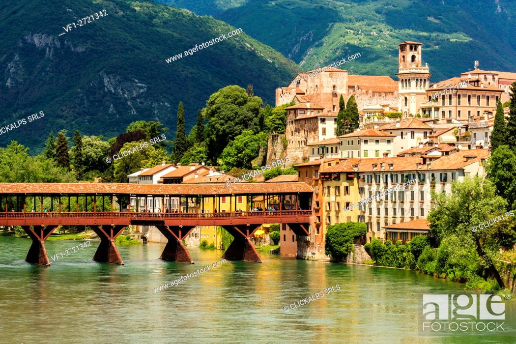 Imagen: Bassano, Province of Vicenza, Veneto, Italy. Historic wooden bridge over Brenta River.