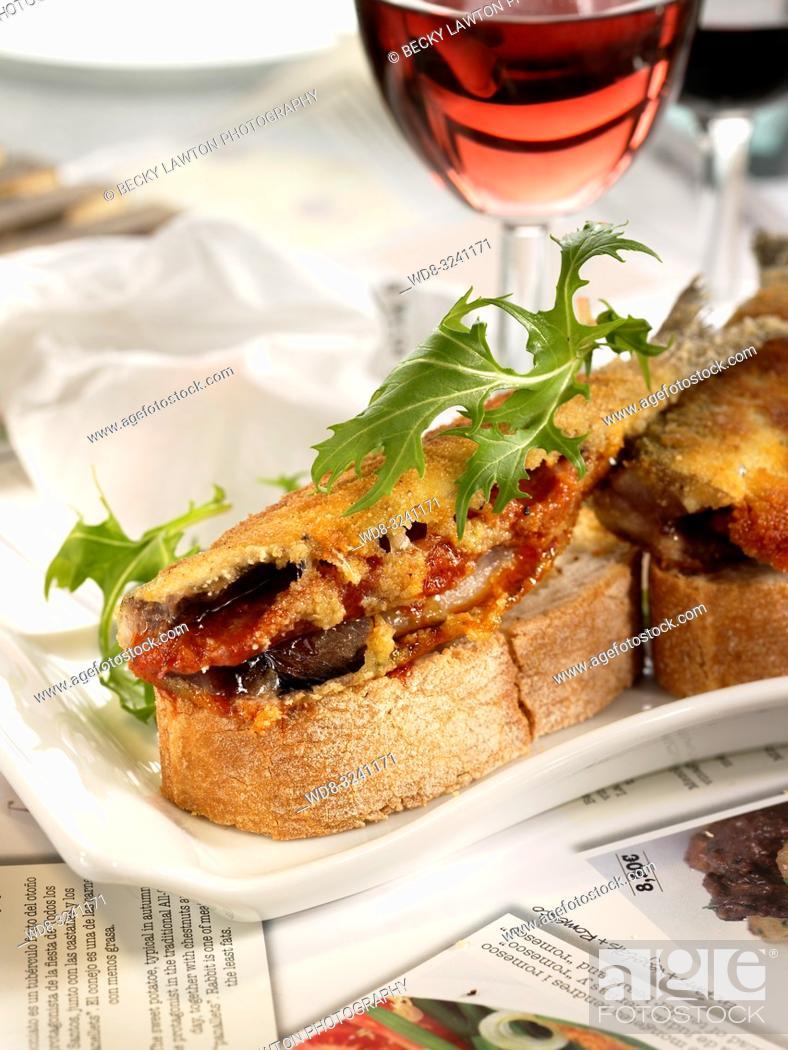 Imagen: montadito de sardina con sobrasada.