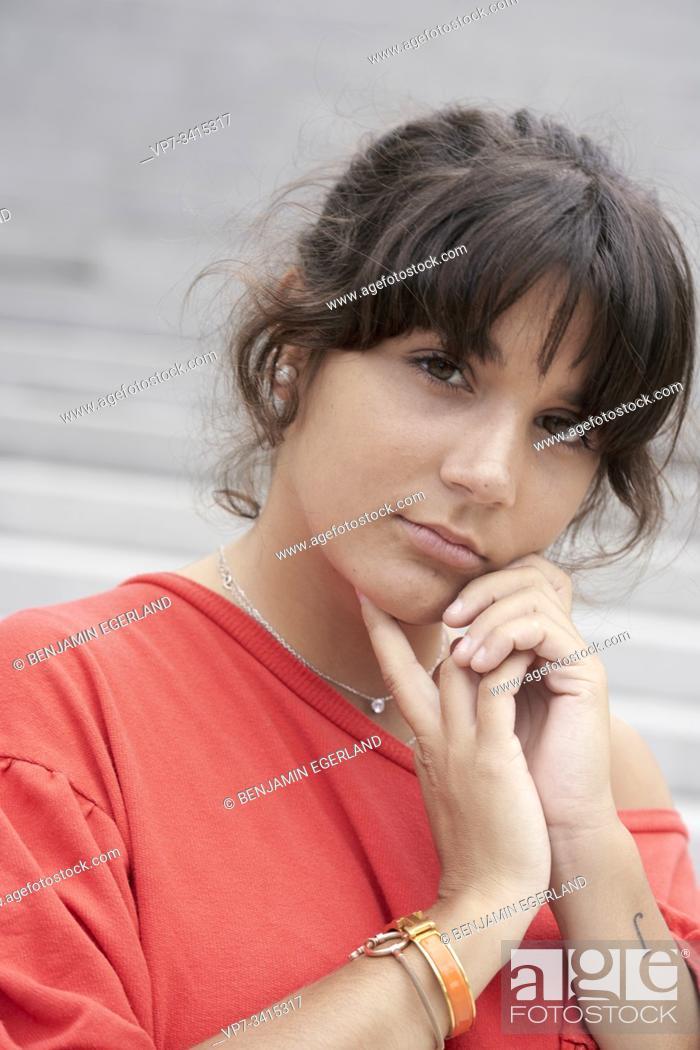 Imagen: Portrait of young woman.
