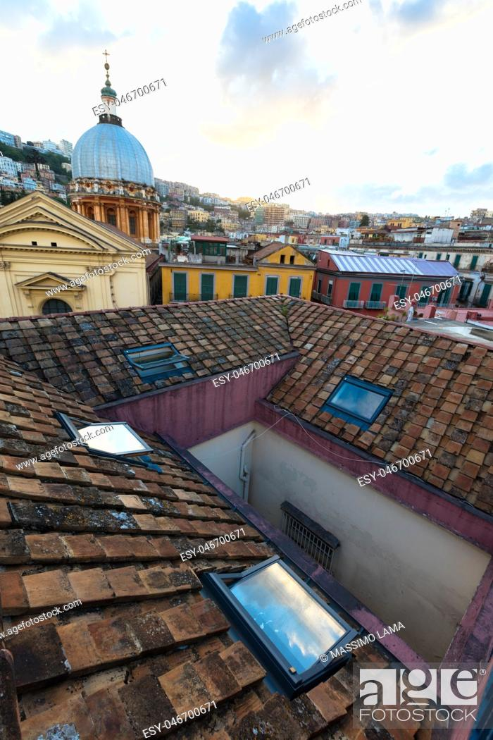 Imagen: Panorama from the roofs of center of Naples, Italy.