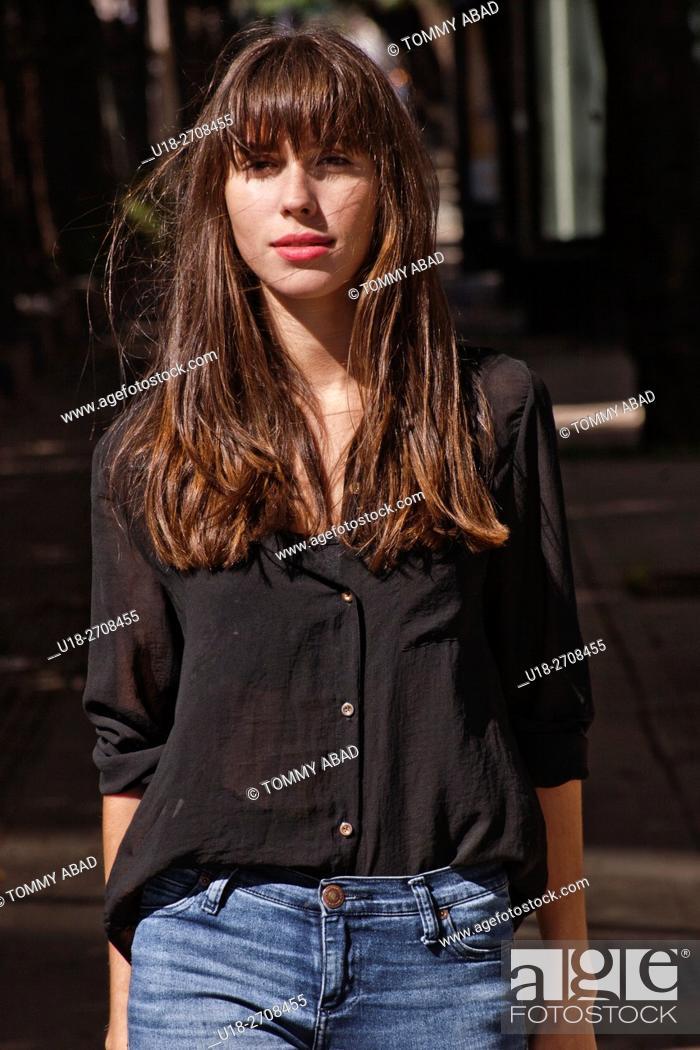 Imagen: brunette in a wait estate.