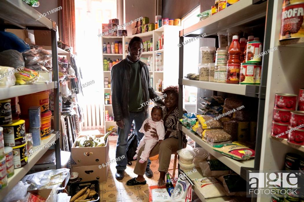 Imagen: A family that runs a small Nigerian store, Warsaw Poland.
