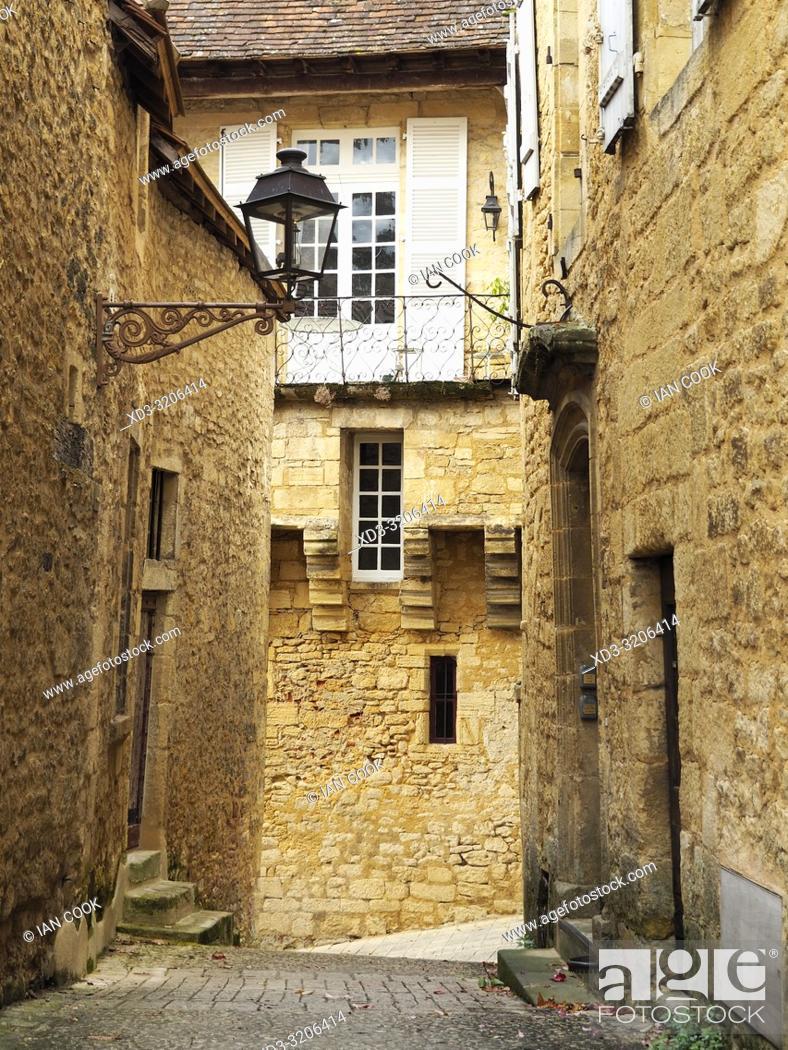 Imagen: narrow medieval street, Sarlat-la-Caneda, Dordogne Department, Nouvelle-Aquitaine, France.