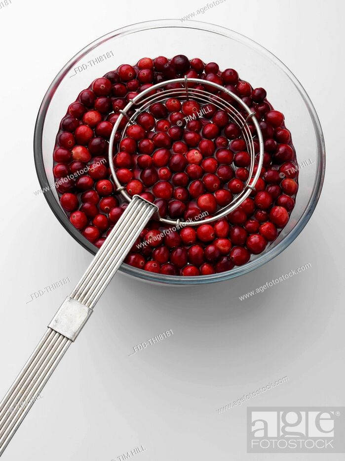 Imagen: Cranberries in a bowl with a metal strainer.