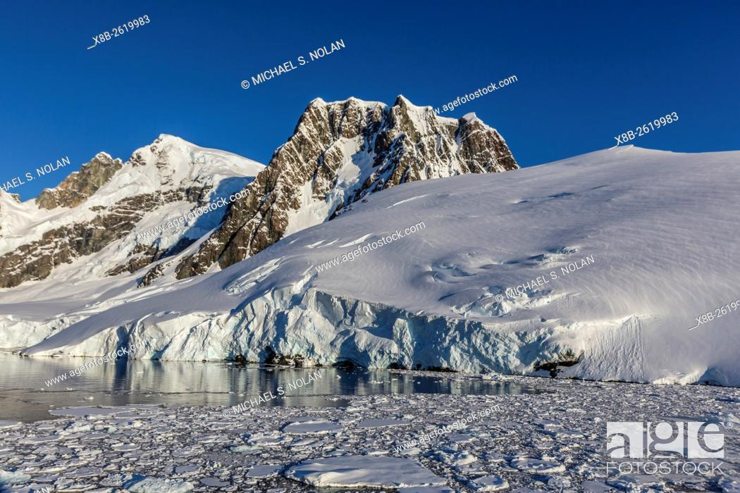Imagen: Ice floes choke the waters of the Lemaire Channel, Antarctica.