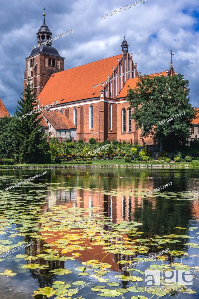 Imagen: Gothic Church of Saint Anne and Saint Stephen over so called Prison Pond on Pisa River in Barczewo town, Warmian-Masurian Voivodeship of Poland.