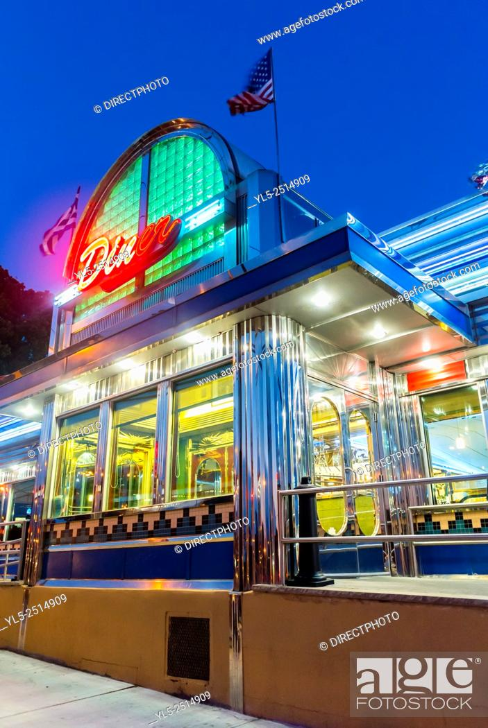 Imagen: New York City, USA, Old American Bistro Restaurant Diner in Brooklyn at Night.