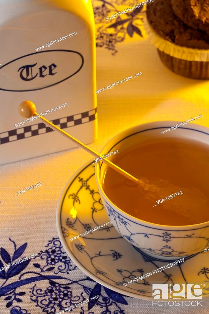 Imagen: Steaming hot tea in a traditional east frisian cup.
