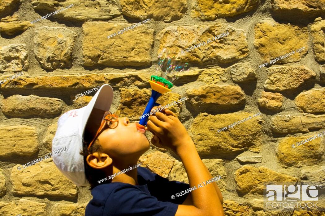 Imagen: Boy make soap bubbles.