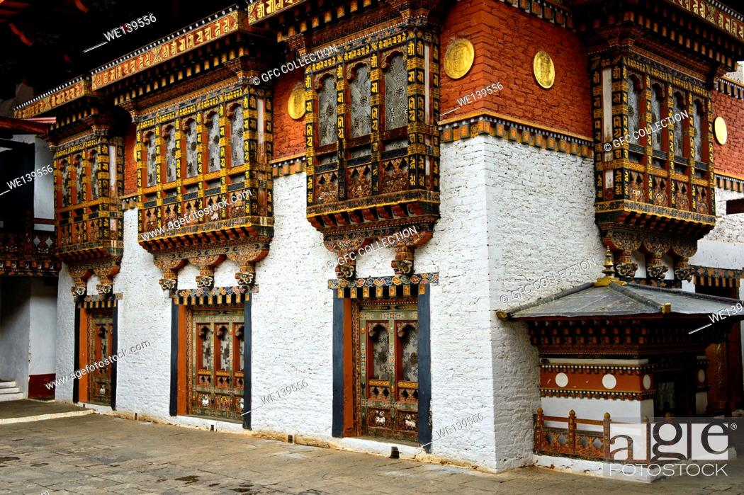 Photo de stock: Richly ornated windows and bay windows in the monastery and fortress Punakha Dzong, Punakah, Bhutan.