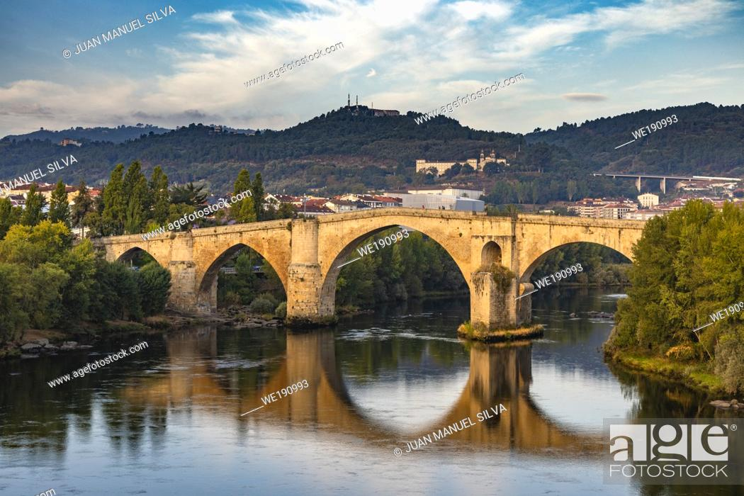 Imagen: Roman bridge in Ourense (Galicia, Spain), over river Miño and city scape in the background.