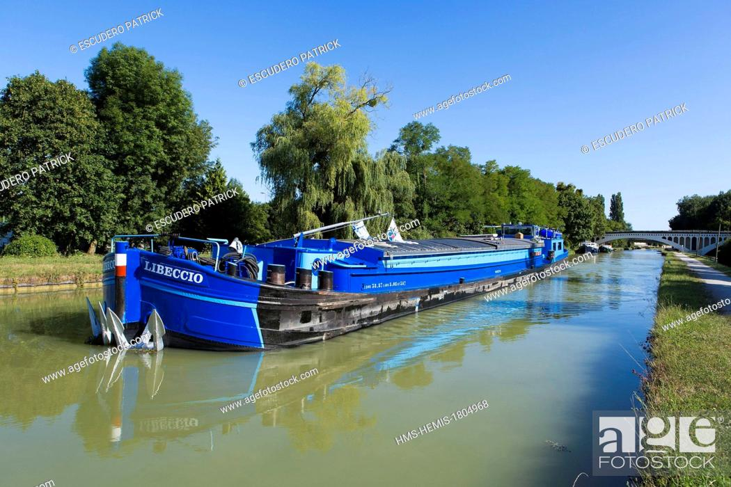 Stock Photo: France, Seine et Marne, Ecuelles, flat boat on the Loing canal.