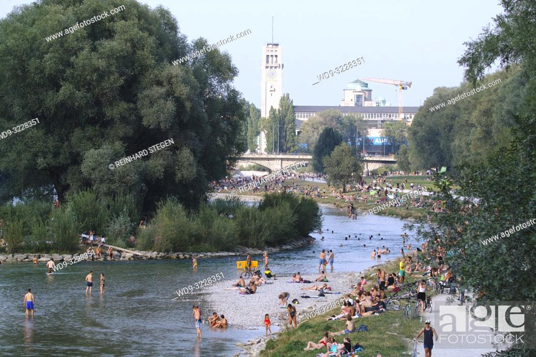 Imagen: crowds of people taking a bath in the river Isar on a hot summer day. Munich, Bavaria, Germany.