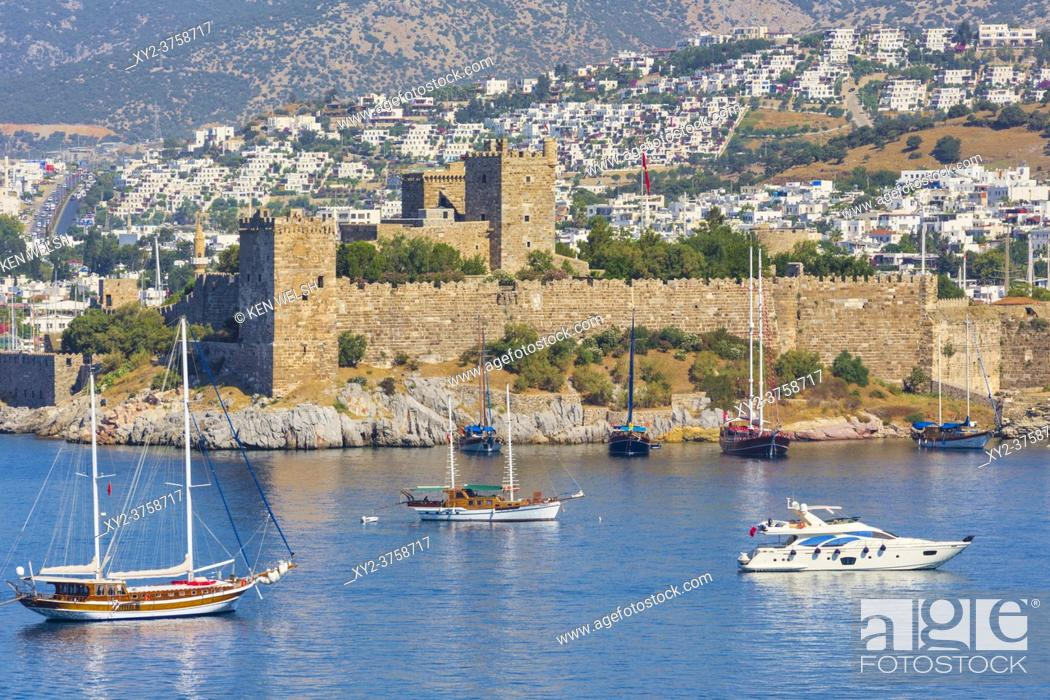 Imagen: Bodrum, Mugla Province, Turkey. View across harbour to Castle of St. Peter. Bodrum is the ancient Halicarnassus. As of 2016 the Castle of St.