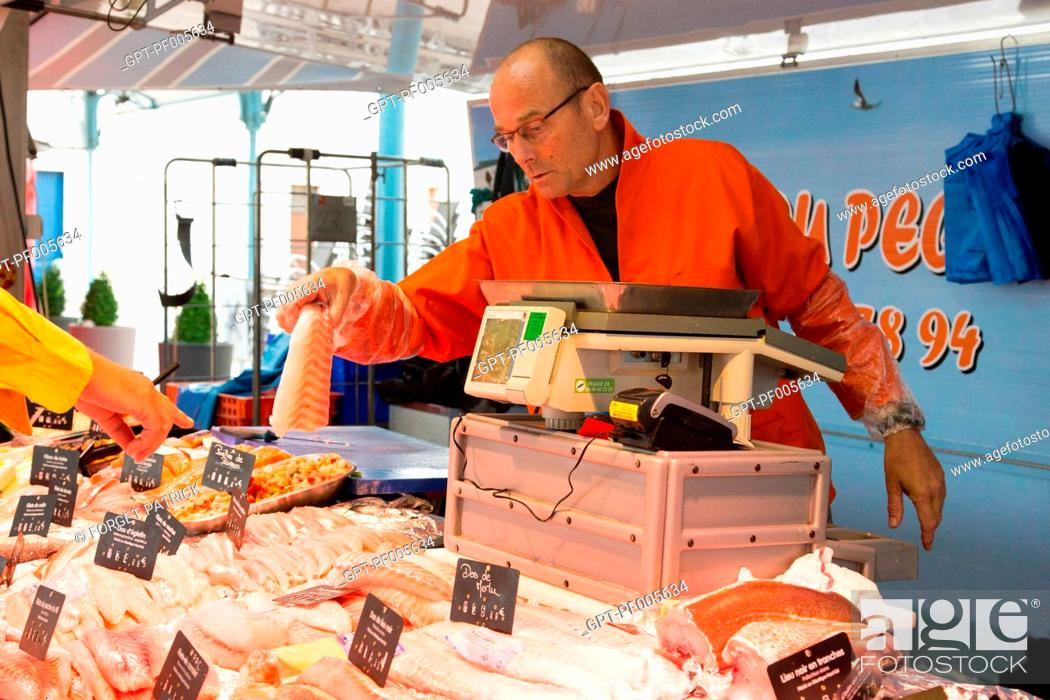 Photo de stock: JEAN-LUC DUVAL, FISH SELLER, COVERED MARKET, CHARTRES (28), FRANCE.