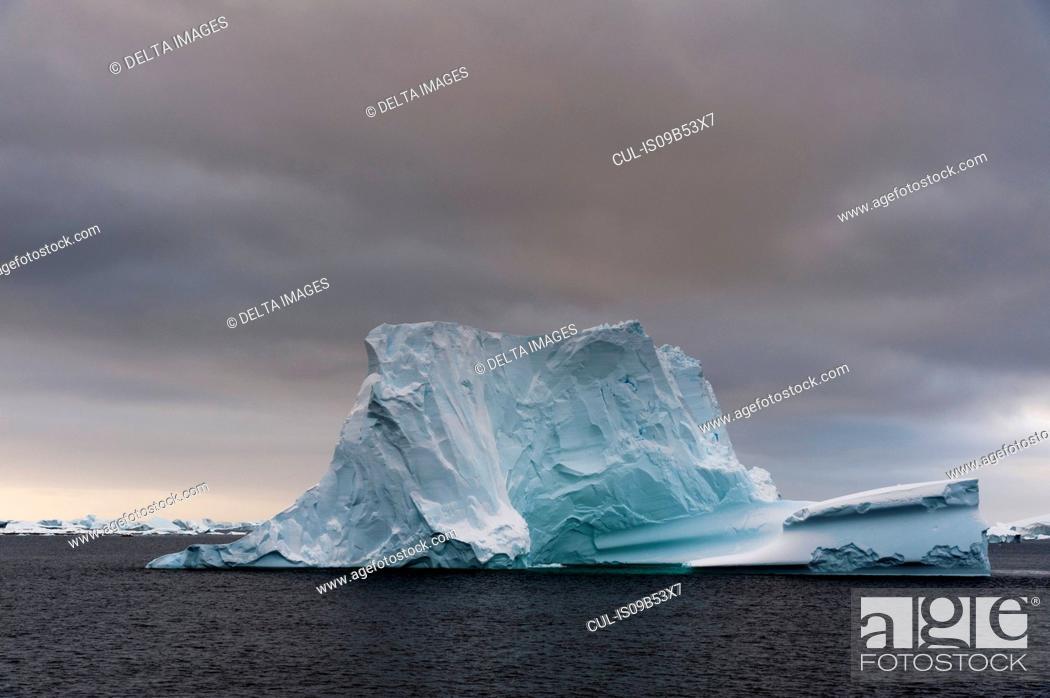 Imagen: Icebergs in Lemaire channel, Antarctica.