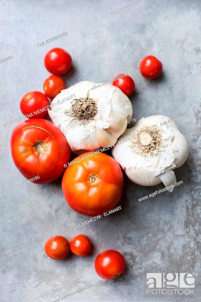 Stock Photo: Fresh tomatoes and garlic.