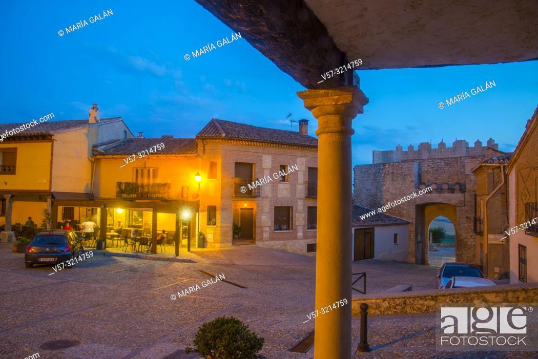 Imagen: Plaza Mayor, night view. Hita, Guadalajara province, Castilla La Mancha, Spain.