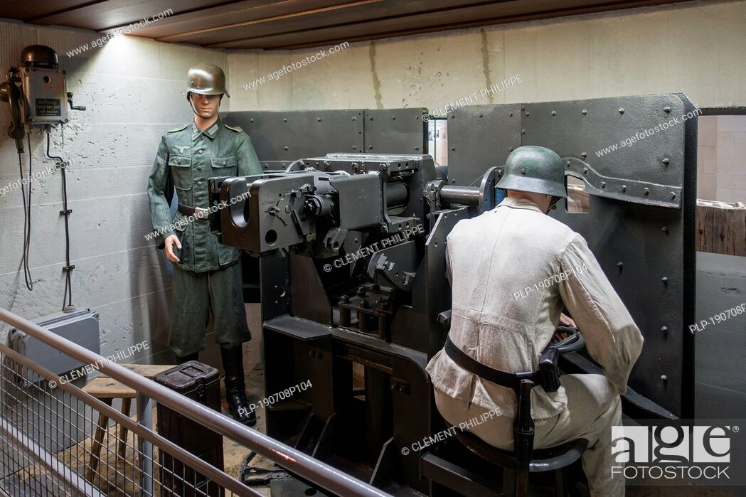 Stock Photo: Diorama showing WW2 German soldiers operating gun in casemate, Musée Mémorial d'Omaha Beach museum, Saint-Laurent-sur-Mer, Normandy, France.