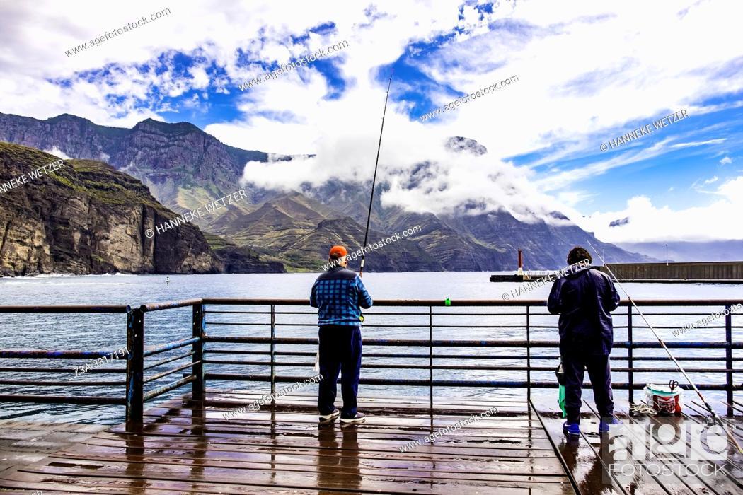 Imagen: Two men fishing in Agaeta, Gran Canaria.