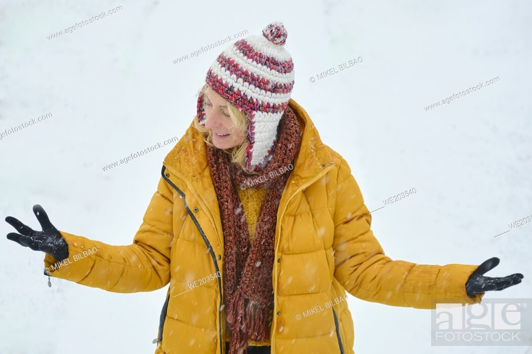 Imagen: Caucasian young woman enjoying snow outdoor in winter time. Navarre, Spain, Europe.
