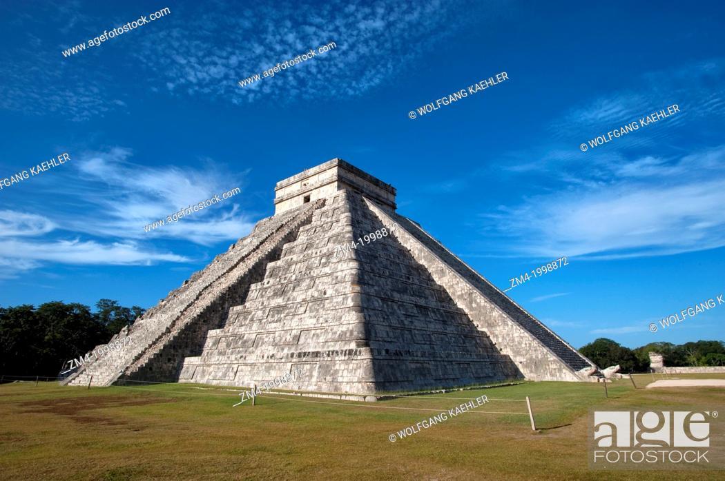 Photo de stock: MEXICO, YUCATAN PENINSULA, NEAR CANCUN, MAYA RUINS OF CHICHEN ITZA, ARCHAEOLOGICAL SITE, EL CASTILLO (CASTLE) MAYAN PYRAMID.