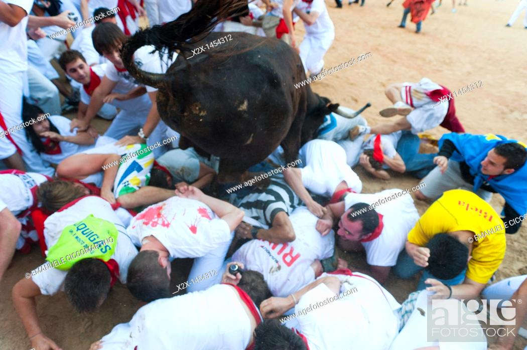 Stock Photo: Amateur bullfight with young bulls, San Fermín street-partying, Pamplona, Navarra Navarre, Spain, Europe.