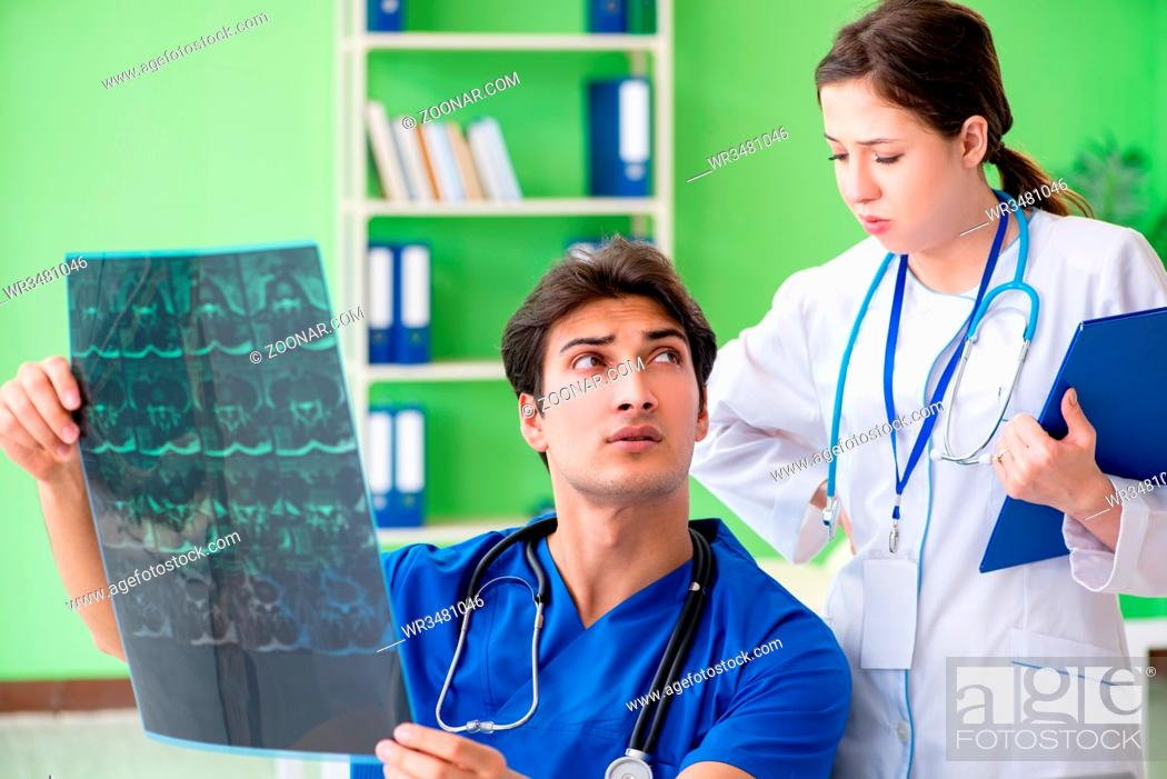 Imagen: Woman and man gynecologists discussing medical case at the clinic.