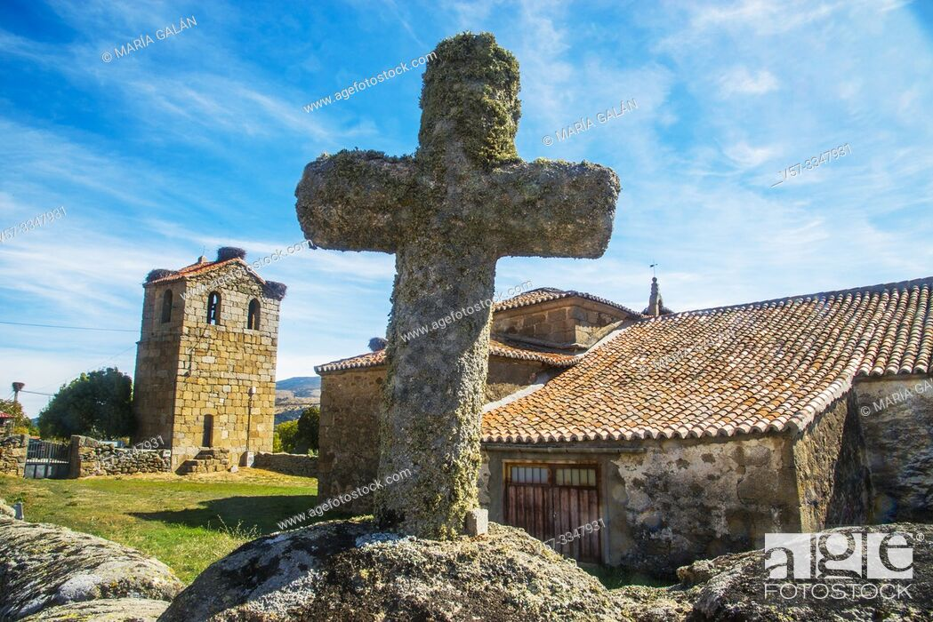 Imagen: Stone cross and church. Santa Maria de los Caballeros, Avila province, Castilla Leon, Spain.