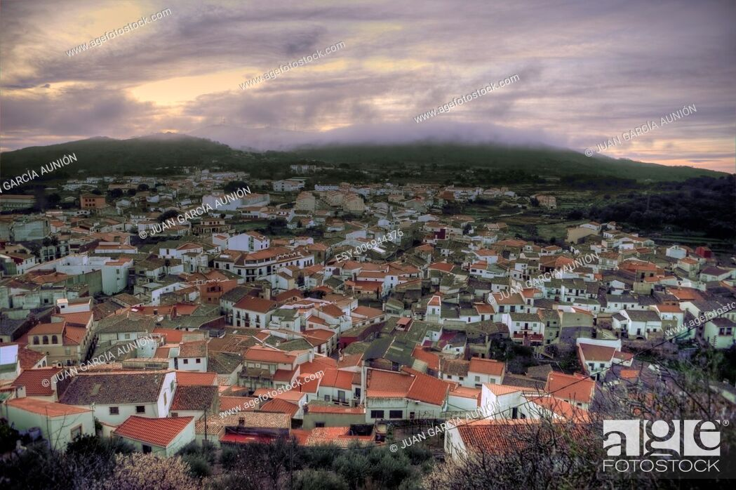 Imagen: Panoramic view of Montanchez at sunrise, Caceres, Spain.