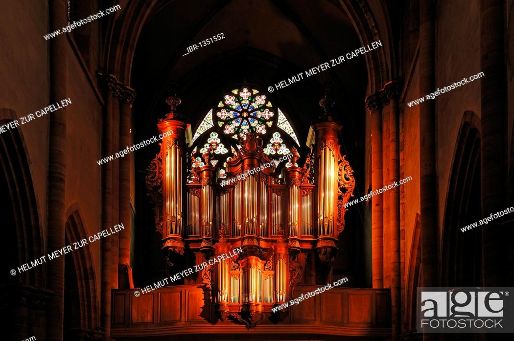 Imagen: Illuminated old organ in the cathedral of St. Martin, 22 Place de la Cathédrale, Colmar, Alsace, France, Europe.
