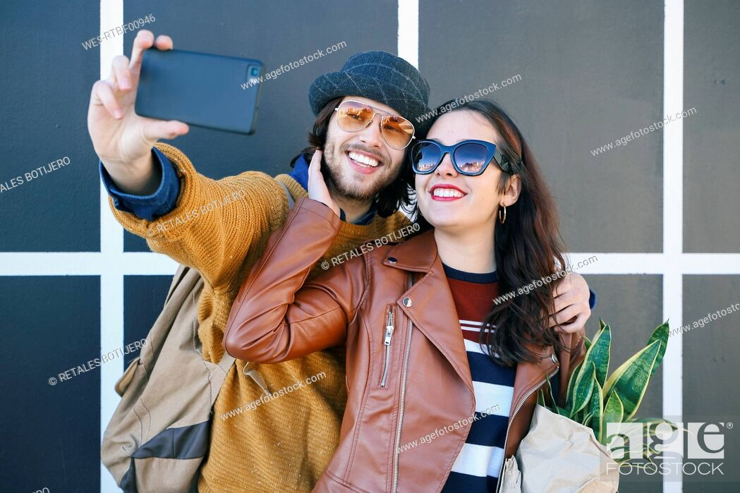Imagen: Happy young couple taking selfie with smartphone.