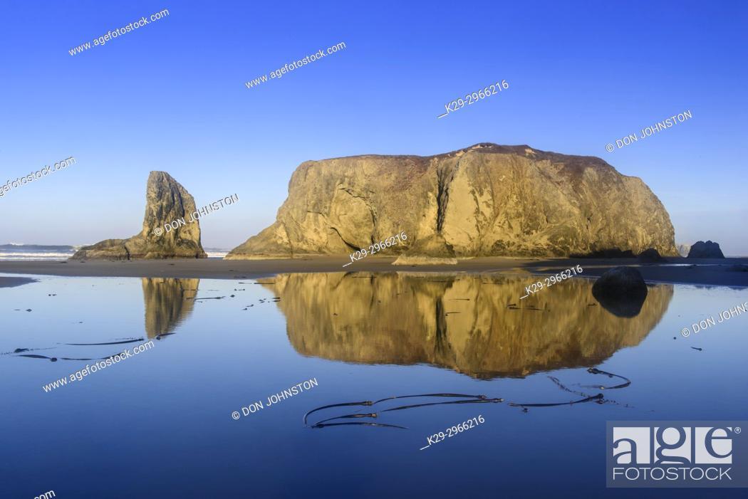 Stock Photo: Sea stack rocks at Bandon Beach at low tide, Bandon, Oregon, USA.
