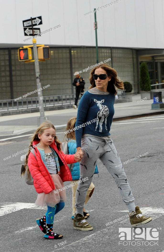 83c64933cc5 Stock Photo - Sarah Jessica Parker takes her twin daughters Tabitha and  Marion Broderick to school wearing scruffy jogging bottoms