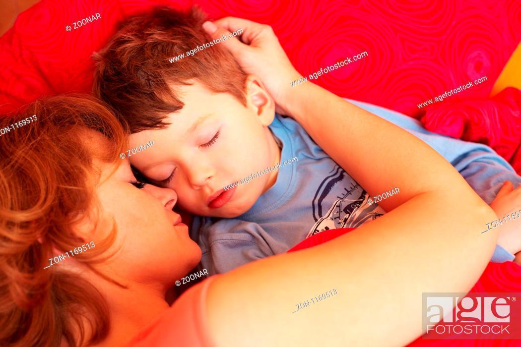 Mutter Schläft Mit Ihrem Sohn Ein Stock Photo Picture And Rights