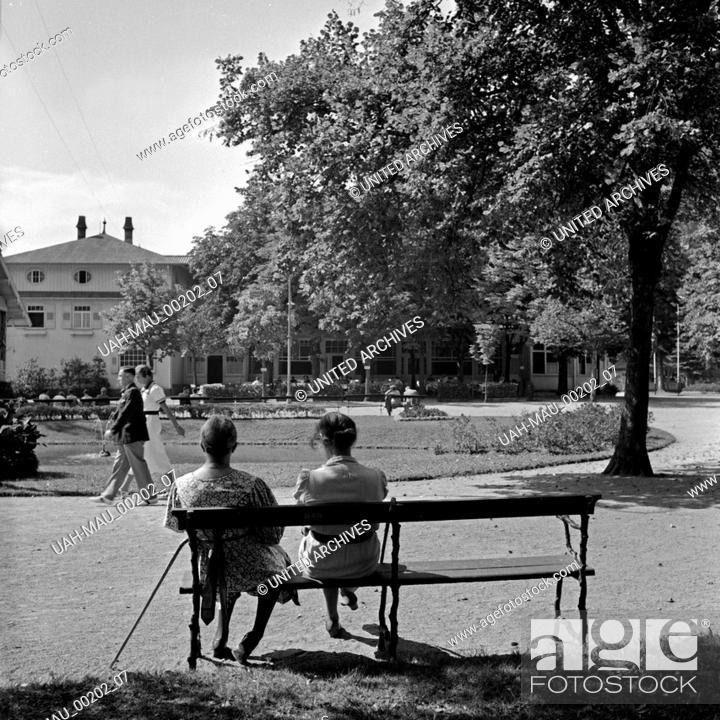 Stock Photo: Zwei Frauen auf einer Bank im Kurpark von Herrenalb im Schwarzwald, Deutschland 1930er Jahre. Two women on a bench at a park at Herrenalb in Black Forest.