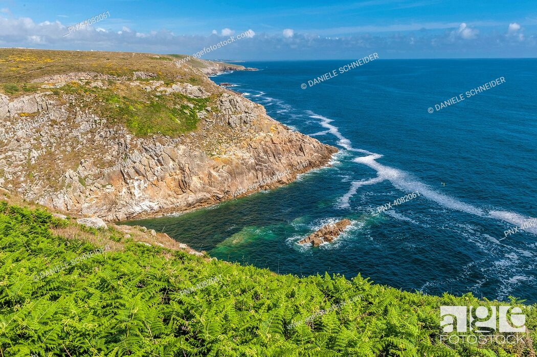 Imagen: France, Brittany, coast seen from the coastal track (Grande Randonnee 34, number 34 in a network of long-distance footpaths in Europe) between Feunteun Aod.
