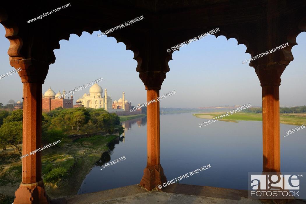 Imagen: India, Uttar Pradesh, Agra, World Heritage Site, The Yamuna and Taj Mahal at sunrise.