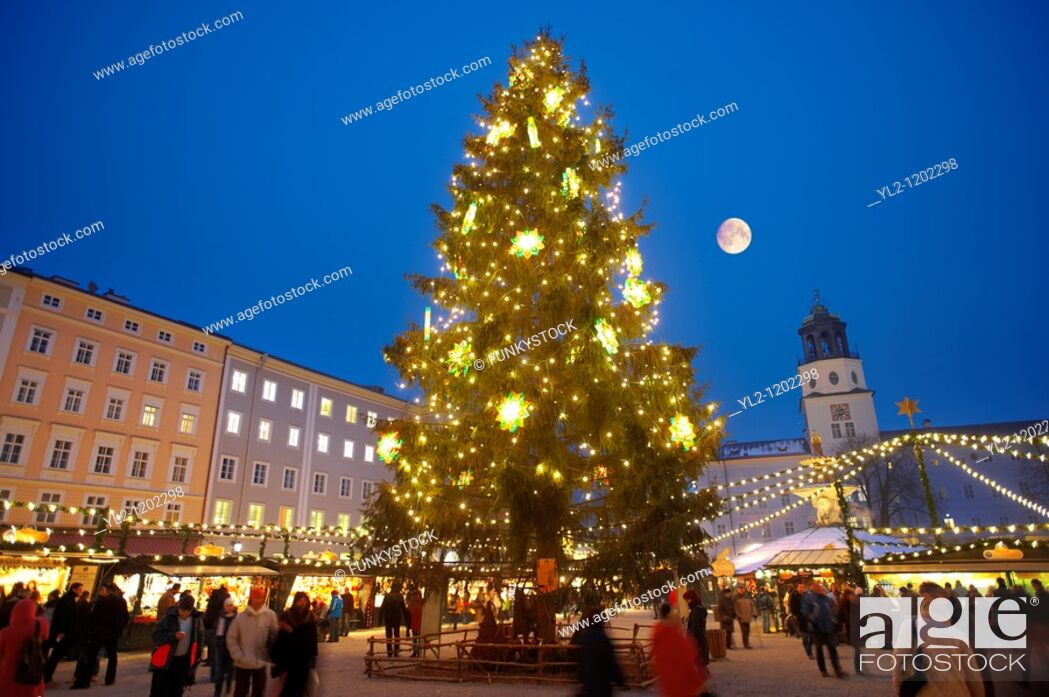 Imagen: Christmas market stalls and Christmas tree at night at Satlzburgh market - Austria.