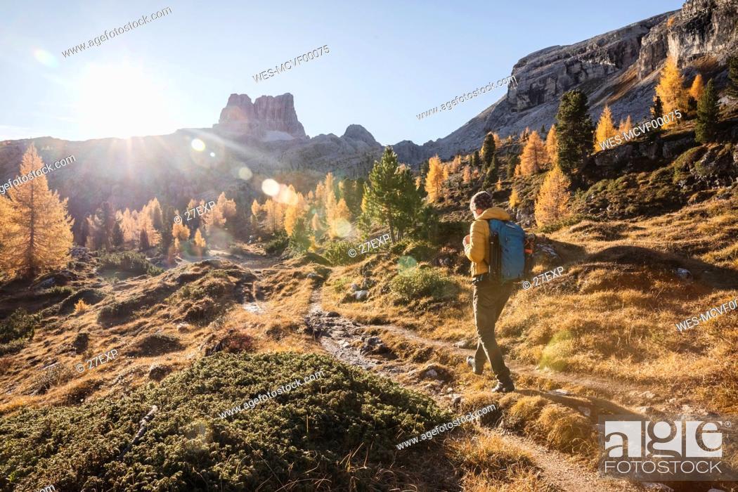 Photo de stock: Man hiking at Dolomites Alps, Veneto, Italy.