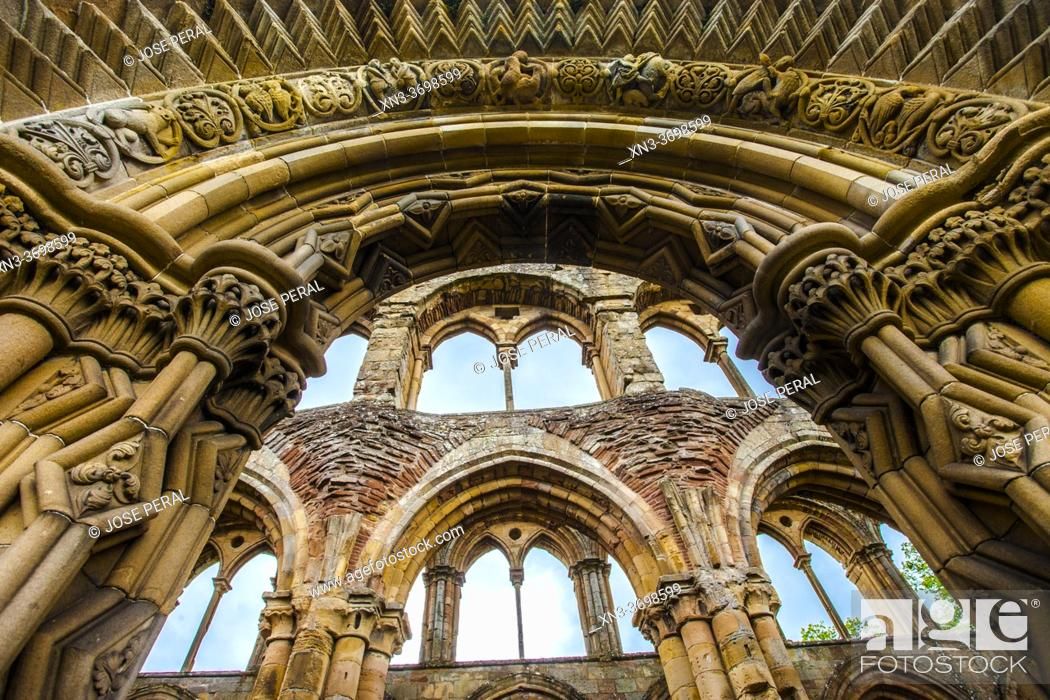 Photo de stock: Jedburgh Abbey, a ruined Augustinian abbey, Jedburgh, is one of the four great abbeys established in the Scottish Borders in the 1100s.