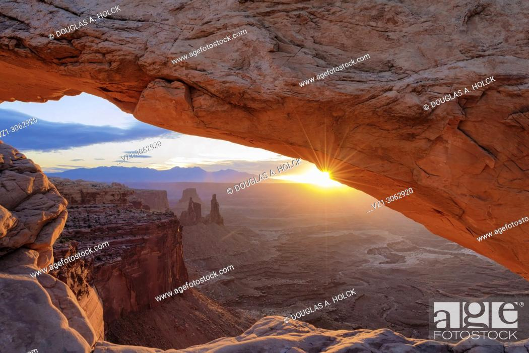 Imagen: If you visit Utah's Canyonlands National Park, you must see Mesa Arch at sunrise. The rising sun reflecting off the canyon wall below gives the arch the vibrant.