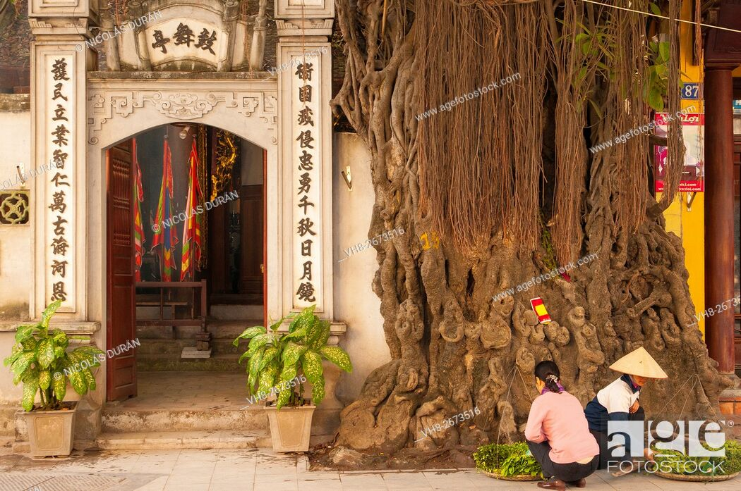 Stock Photo: Peddlers at the entrance vietnamese templo. Hanoi. Vietnam.
